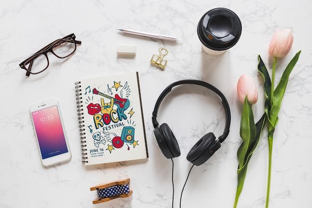 Muziekmodel met hoofdtelefoons en diverse voorwerpen Gratis Psd