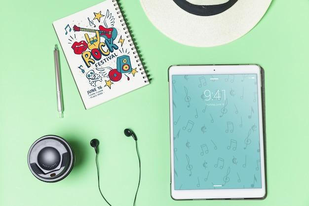 Muziekmodel met oortelefoons en tablet in bovenaanzicht Gratis Psd