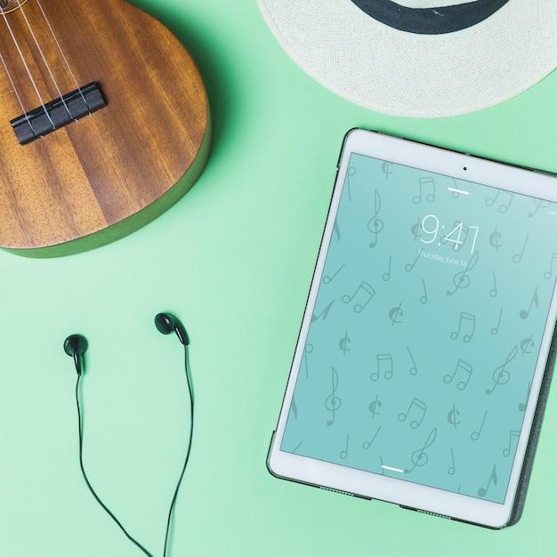 Muziekmodel met oortelefoons en tablet Gratis Psd