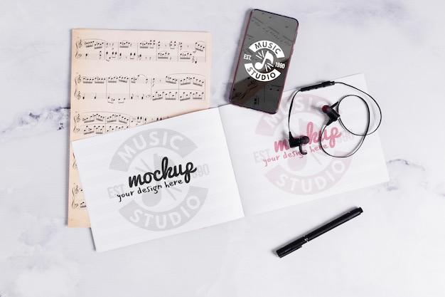Muzieknotitieboekje en mobiel Gratis Psd