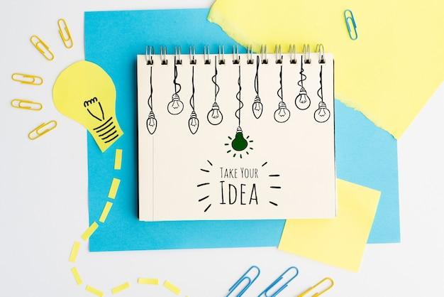 Neem uw idee doodle met gloeilampen bovenaanzicht Gratis Psd