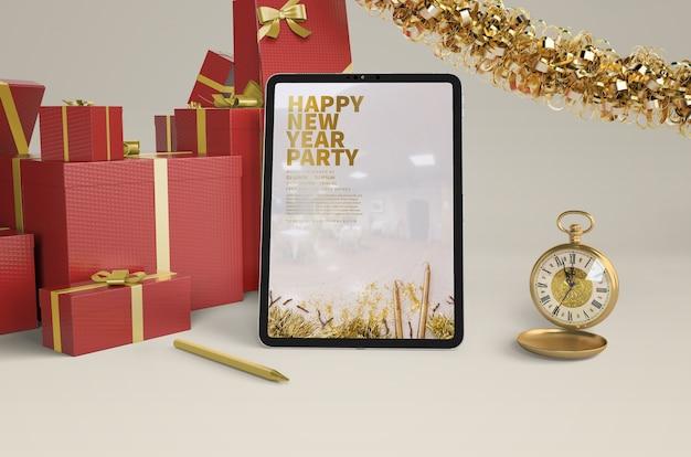Nieuwjaar presenteert met ipad mock-up Gratis Psd