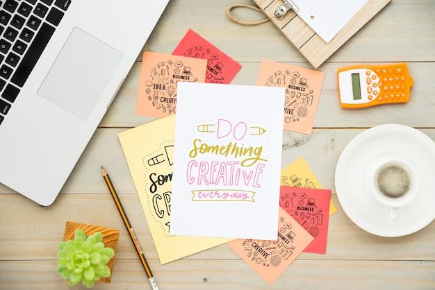 Notas adhesivas en el escritorio con mensajes positivos. PSD gratuito