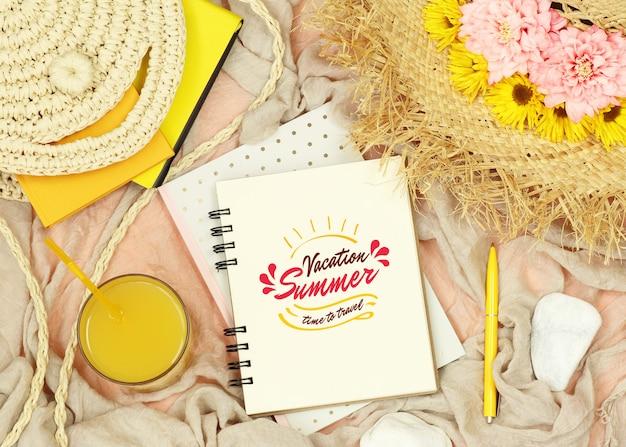 Notas de maqueta plana con elementos de verano. PSD Premium