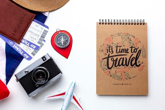 Notebook e fotocamera per memorizzare i momenti del viaggio Psd Gratuite