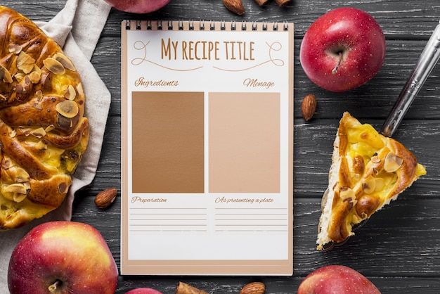 Notebook en appeltaart op tafel Gratis Psd