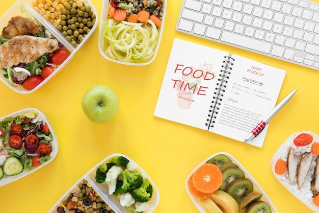 Notebook mock-up en gezonde voeding Gratis Psd