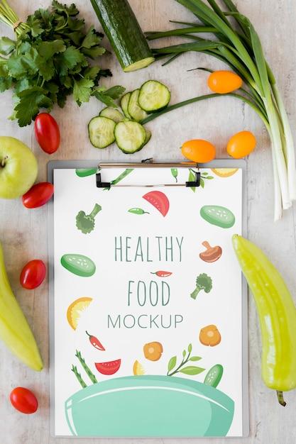 Notebook mock-up en groenten Gratis Psd