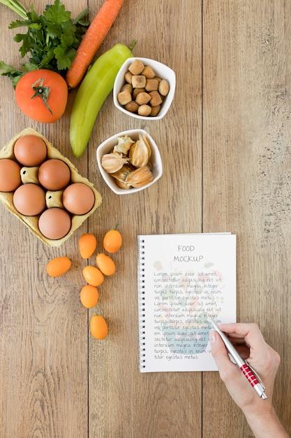Notebook mock-up en ingrediënten Gratis Psd