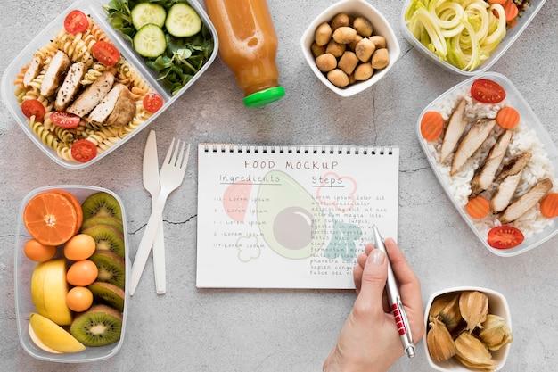 Notebook mock-up met biologisch voedsel Gratis Psd