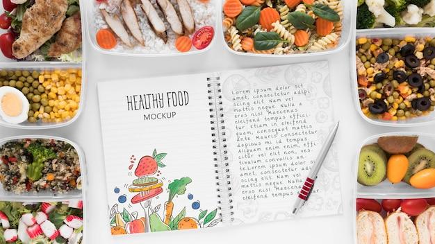 Notebook mock-up met gezonde voeding Gratis Psd