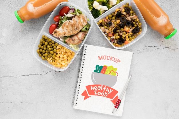 Notebook mock-up met lekker eten Gratis Psd