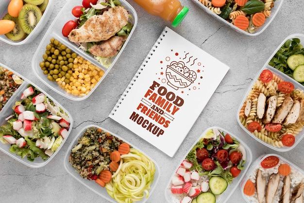 Notebook mock-up met voedsel bovenaanzicht Gratis Psd