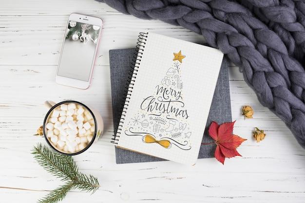 Notebook mockup met kerstversiering Gratis Psd