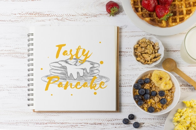 Notebook mockup met ontbijt concept Gratis Psd