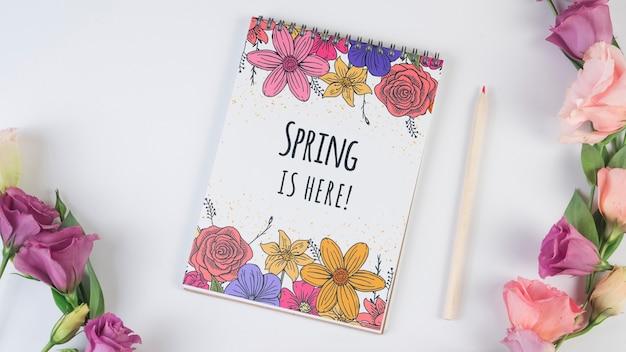 Notepadsjabloon voor de lente met bloemen Gratis Psd