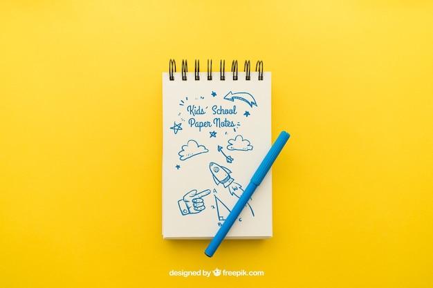 Notitieblok met potlood op gele achtergrond Gratis Psd