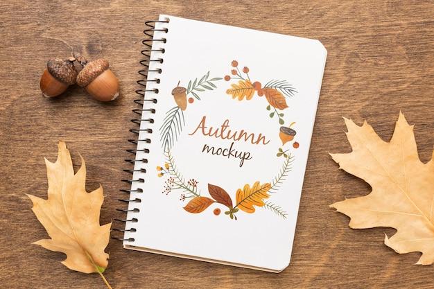 Notitieboekje met eikels en bladeren ernaast Gratis Psd