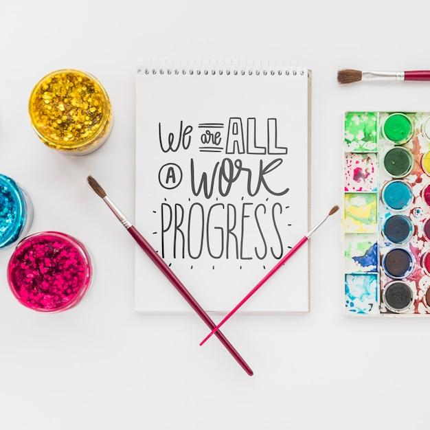 Notitieboekje voor tekenen en hulpmiddelen voor kunstwerk Gratis Psd