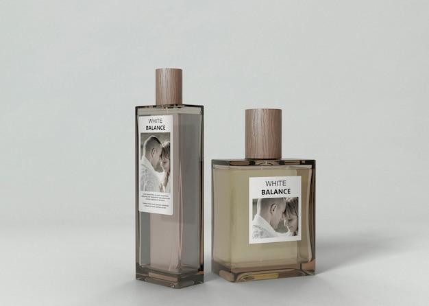 Op smaak gebrachte parfumflessen op tafel Gratis Psd