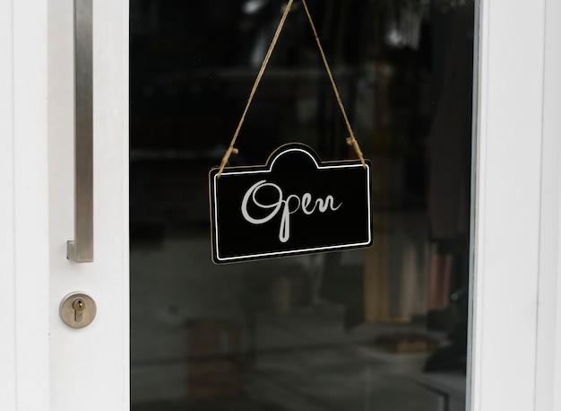 Open, houten deur teken mockup Gratis Psd