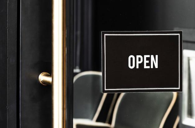 Open teken mockup op de deur van een café Gratis Psd