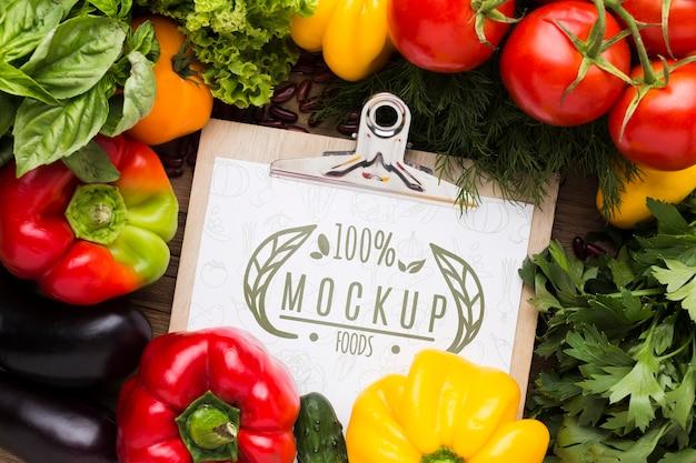 Opstelling van lokaal geteelde groenten mock-up Gratis Psd