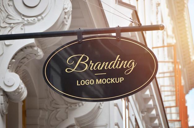 Ovale vorm traditionele bewegwijzering logo mockup in het oude stadscentrum Premium Psd