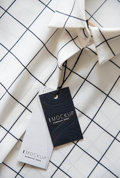 Overhemd met een mockup van het prijskaartjeontwerp Premium Psd