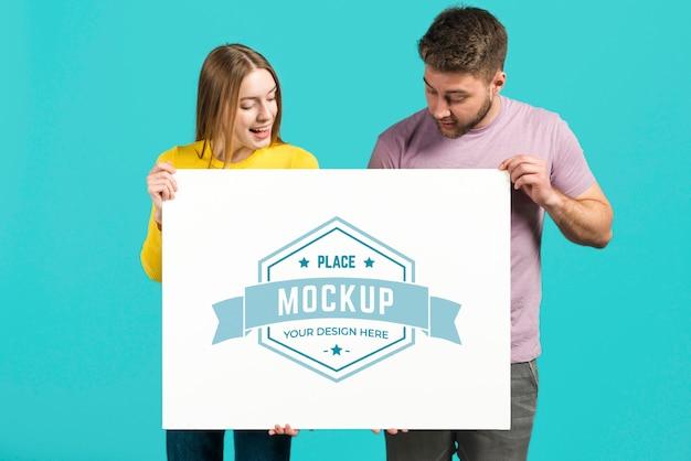 Paar dat een mock-upkaart voor briefpapier houdt Gratis Psd