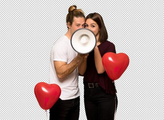 Paar dat in valentijnskaartdag door een megafoon schreeuwt Premium Psd