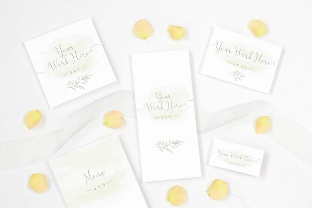 Pak huwelijkskaarten op witte achtergrond in Premium Psd