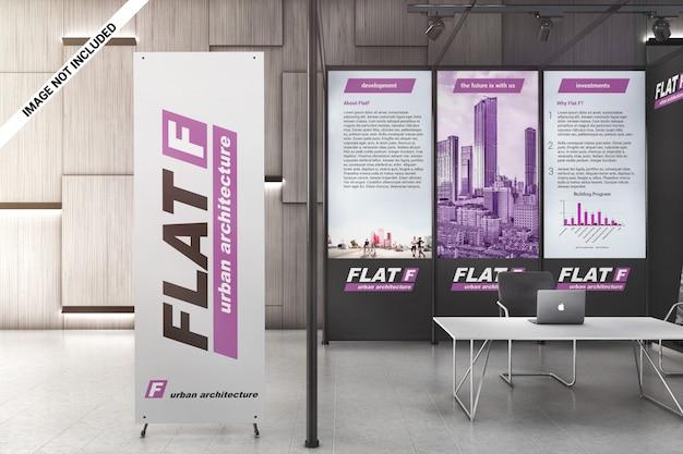 Pancarta x y paneles gráficos en maqueta de sala de exposiciones. PSD Premium