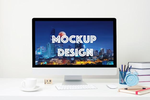 Pantalla de ordenador para la maqueta en el escritorio blanco en la oficina. PSD Premium