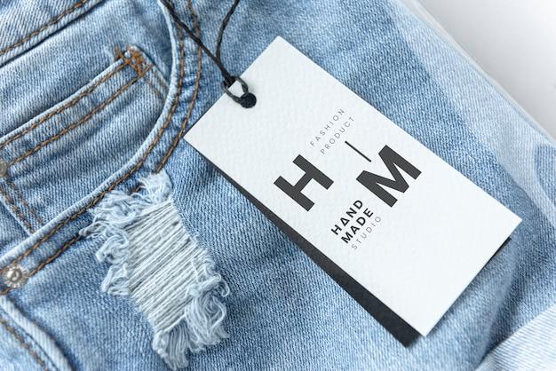Pantaloncini jeans strappati con un mockup di tag Psd Gratuite