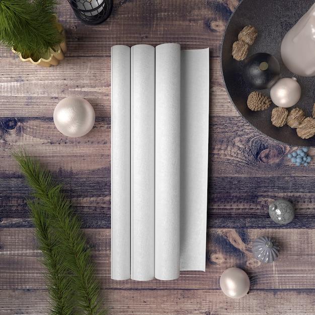 Papel en blanco sobre mesa de madera rodeada de adornos y pinos PSD gratuito