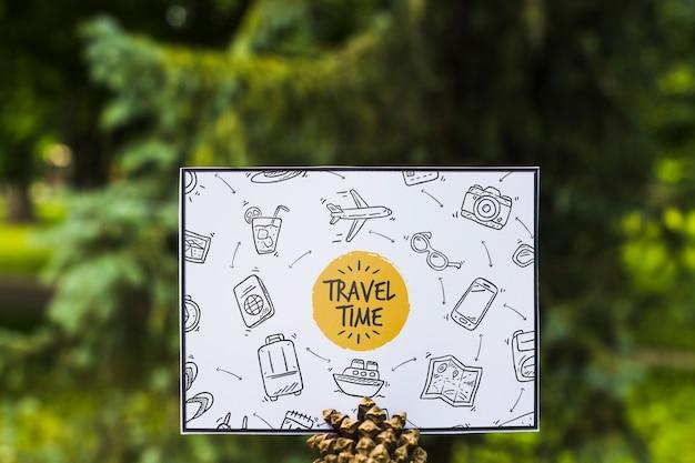 Papier mockup in de natuur voor reizen concept Gratis Psd