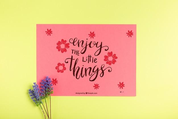 Papieren kaart met bericht en lavendel naast Gratis Psd