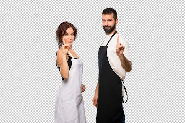 Par de cocineros mostrando y levantando un dedo en señal de la mejor PSD Premium