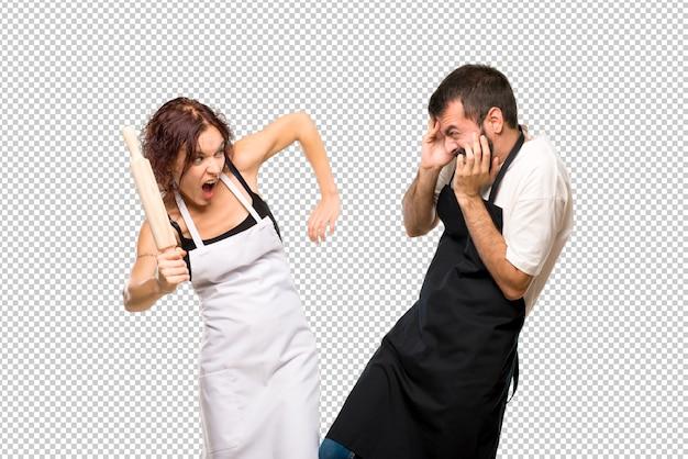 Par de cocineros peleando PSD Premium