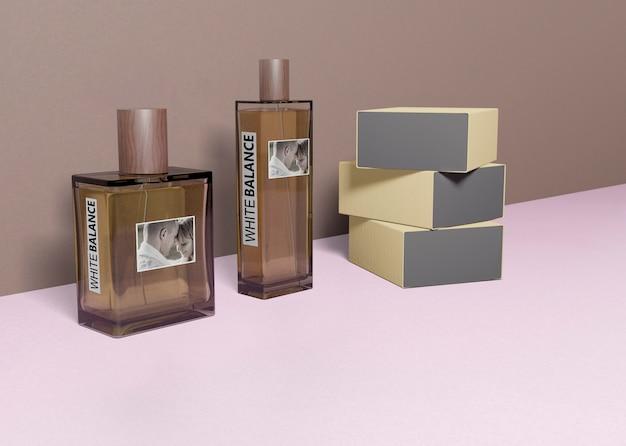 Parfumdozen gestapeld naast parfumflesjes Gratis Psd