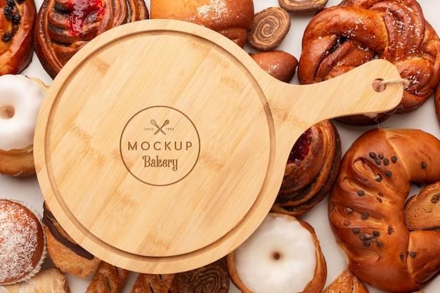Pastelería vista superior y tablero de madera. PSD Premium
