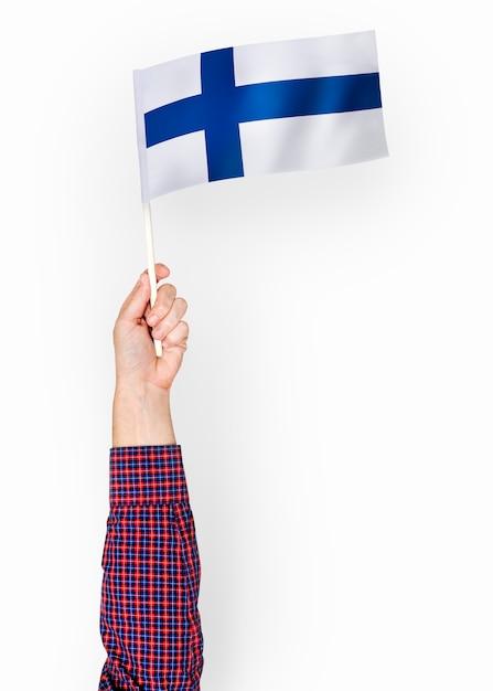 Persona che sventola la bandiera della repubblica di finlandia Psd Premium