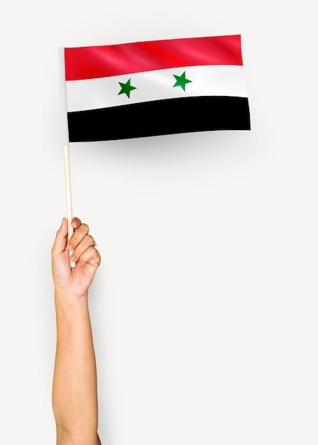 Persona che sventola la bandiera della siria Psd Premium