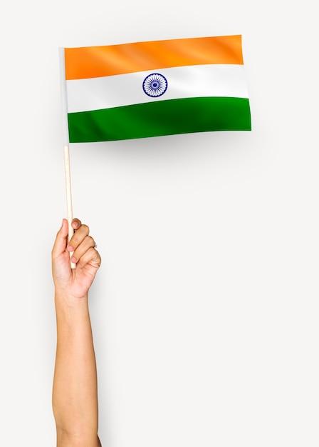 Persona que agita la bandera de la república de la india PSD Premium