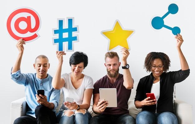 Persone in possesso di un icona dei social media Psd Premium