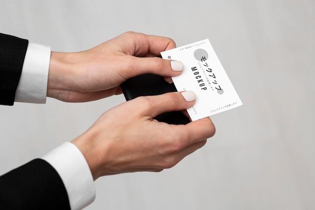 Persoon met een visitekaartje mock-up Gratis Psd