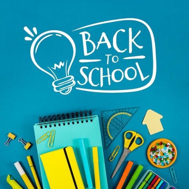Piatto disteso a scuola con sfondo blu Psd Gratuite