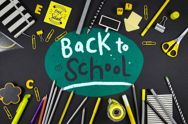 Piatto disteso a scuola con sfondo nero Psd Gratuite