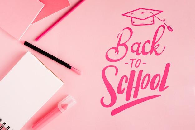 Piatto disteso a scuola con sfondo rosa Psd Gratuite